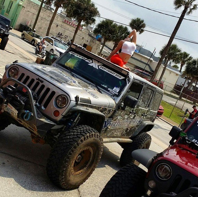 Hot Yoga Girl Combines Stretching with Jeeps and Its Inspiring     |
